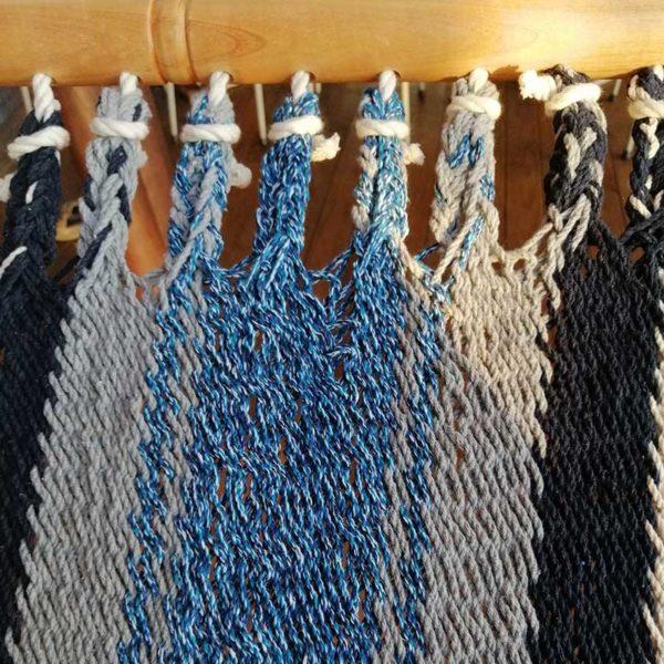tejido hamaca azul y blanco